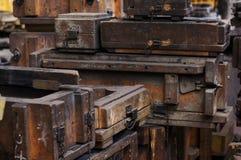Oude houten vormen en dozen stock fotografie