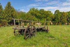 Oude houten wagen die zich op een weide in het platteland bevinden Tentoongesteld voorwerp in skancenie in Midden-Europa stock afbeelding