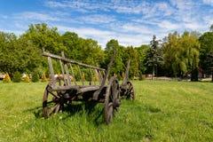 Oude houten wagen die zich op een weide in het platteland bevinden Tentoongesteld voorwerp in skancenie in Midden-Europa stock foto's