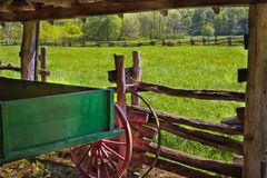 Oude houten wagen in een schuur van het houtkader stock foto