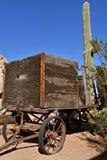 Oude houten wagen en aanhangwagen door een cactusboom royalty-vrije stock afbeelding