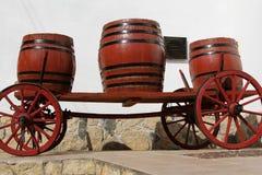 Oude houten wagen met wijnvatten Stock Afbeeldingen