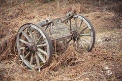 Oude houten wagen op droog gras royalty-vrije stock afbeelding