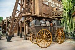 Oude houten wagen op het Verre het Westengebied van de Haven Aventura van het themapark in stad Salou, Spanje stock foto's