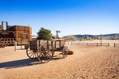 Oude houten wagen in Pioniersstad Stock Fotografie