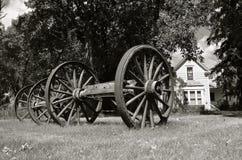 Oude houten wagenwielen stock afbeeldingen