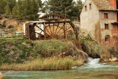 Oude houten waterrad en Cabriel-Rivier op zijn manier door het dorp van Casas del Rio, Albacete, Spanje Royalty-vrije Stock Foto's