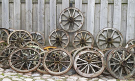 Oude houten wielen van een kar Stock Afbeeldingen