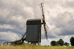 Oude houten windmolen in Zweden Royalty-vrije Stock Foto's