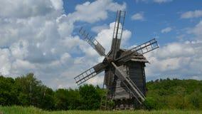 Oude houten windmolens stock videobeelden
