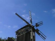 Oude houten windmolens Windmolen met vers groen gras en duidelijke blauwe hemel op een de zomerdag Etnisch museum Pirogovo, Kyiv, stock foto