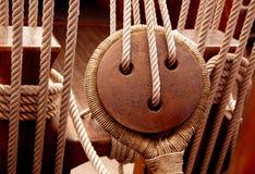Oude houten zeilbootkatrollen en kabels Stock Foto's