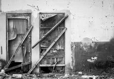 Oude houten zwart-witte deur van verlaten huis, Stock Afbeeldingen