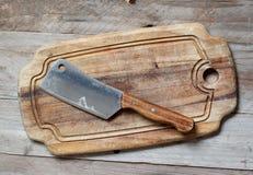 Oude houthakkersbijl een knipselraad stock foto's