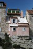 Oude huis buitenSpleet   stock afbeelding