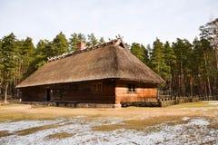 Oude huis en houten hamer Stock Afbeelding