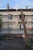Oude huis thermische isolatie met polystyreen bouw en het scafolding stock afbeeldingen