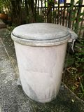Oude huisvuilbak Stock Foto
