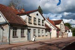 Oude huizen in de stad van Kuldiga, Letland Stock Foto
