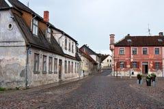 Oude huizen in de stad van Kuldiga, Letland stock afbeelding