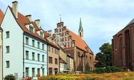 Oude huizen dichtbij St Peter Kerk Riga, Letland Stock Foto's