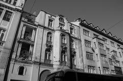 Oude Huizen die een Weg in Sarajevo, Bosnië-Herzegovina voeren stock afbeeldingen