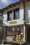 Oude huizen en straten in historische stad van Shiroka Laka, Bulgarije stock afbeelding
