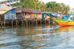 Oude huizen langs de Chao Phraya-rivieroever royalty-vrije stock afbeeldingen