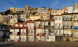 Oude huizen langs de Douro-Rivier royalty-vrije stock foto's