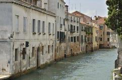 Oude huizen langs een kanaal Royalty-vrije Stock Afbeeldingen