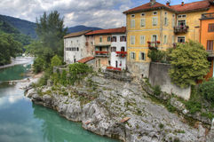 Oude huizen langs rivier in Slovenië Stock Foto