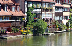 oude huizen met groene tuinen bij een rivier stock afbeeldingen