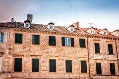 Oude huizen met oude vensters in de oude stad van Dubrovnik Stock Afbeeldingen