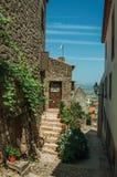 Oude huizen met steenmuur en gebloeide struiken royalty-vrije stock foto