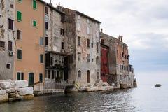 Oude huizen met voorgevels die rechtstreeks aan het overzees afbreken Royalty-vrije Stock Fotografie