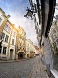 Oude huizen op de Oude stadsstraten tallinn Estland stock foto's