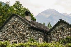 Oude huizen op een deel van de maggiavallei van Zwitserland stock fotografie