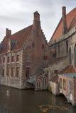 Oude huizen op een kanaal in Brugge stock fotografie