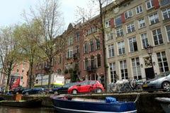 Oude huizen op het kanaal in Amsterdam Royalty-vrije Stock Afbeelding