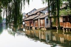 Oude huizen op water Stock Afbeelding