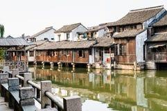 Oude huizen op water Stock Afbeeldingen