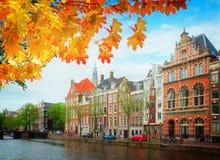 Oude huizen van Amsterdam, Nederland Stock Afbeeldingen