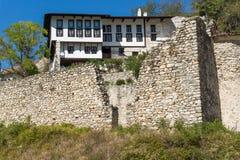 Oude huizen, zandpiramides en ruïnes van de kerk van Heilige Barbara in stad van Melnik, Bulgarije royalty-vrije stock foto