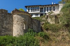 Oude huizen, zandpiramides en ruïnes van de kerk van Heilige Barbara in stad van Melnik, Bulgarije stock fotografie