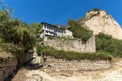 Oude huizen, zandpiramides en ruïnes van de kerk van Heilige Barbara in stad van Melnik, Bulgarije royalty-vrije stock foto's