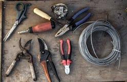 Oude hulpmiddelen op de oude workshop, houten achtergrond, houten lijst Royalty-vrije Stock Foto