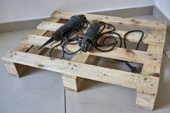 Oude hulpmiddelen op pallet Oude hulpmiddelen op houten achtergrond Royalty-vrije Stock Afbeeldingen