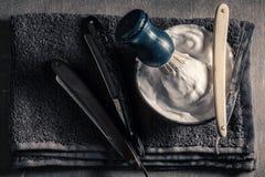 Oude hulpmiddelen voor kapper met grijze zeep, scheermes en borstel royalty-vrije stock fotografie