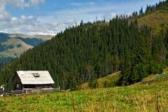 Oude hut in de bergen Stock Afbeelding