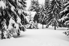 Oude hut in de de winterbergen Zwart-wit beeld Stock Foto